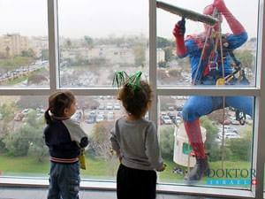 Клиника «Шнайдер» приносит радость детям