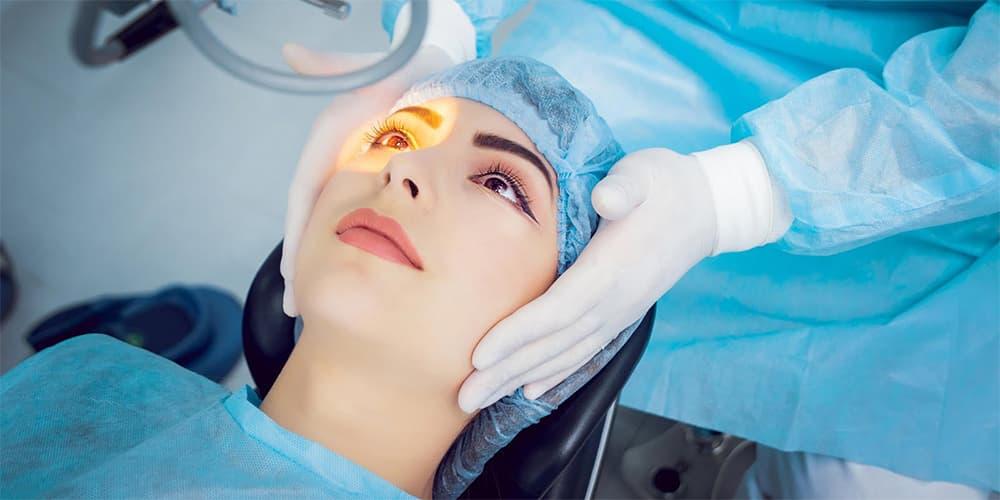 Офтальмолог проводит операцию