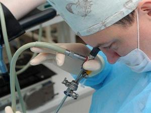 Уролог проводит диагностическое обследование